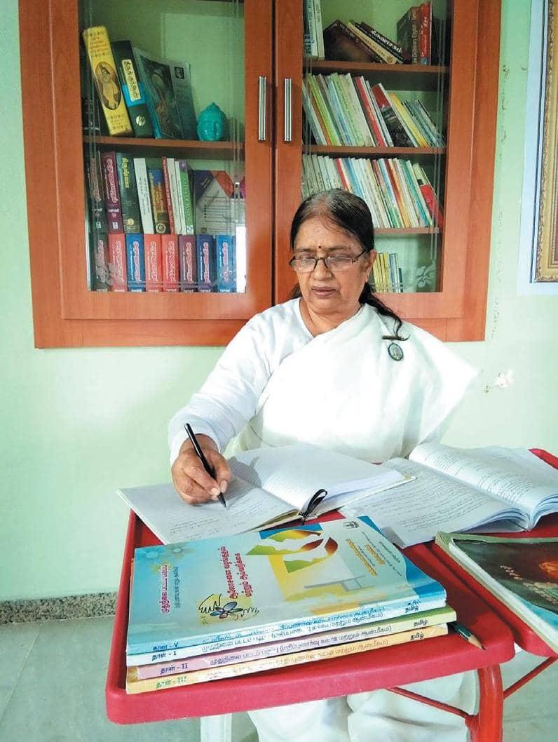 கொரோனா காலத்தில் ஆன்லைனில் எம்.எஸ்சி தேர்வு எழுதிய 67 வயது பேரழகி!