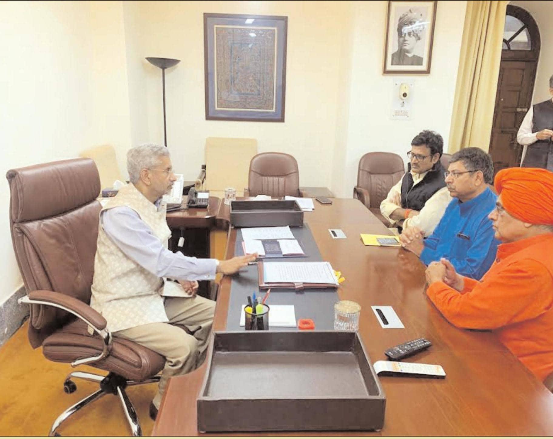 विदेश में फंसे भारतीय छात्रों की शीघ्र वतन वापसी के लिए उपनेता प्रतिपक्ष ने की विदेश मंत्री से मुलाकात