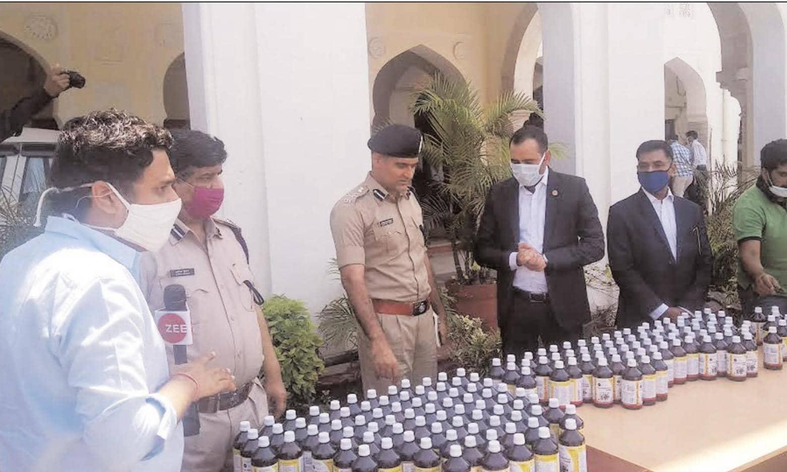 पुलिस कर्मियों का इम्यूनिटी पॉवर बढाने के लिए 17 हजार काढ़े की बोतल भेंट की