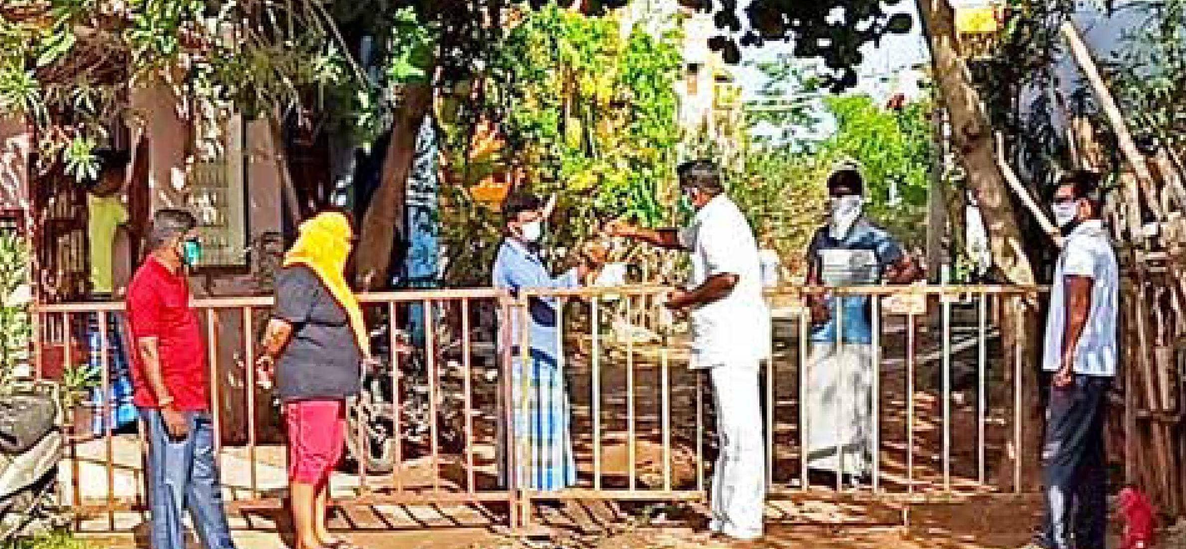 கட்டுப்பாட்டு மண்டல பகுதிக்கு கொரோனா மருந்து வெற்றி மக்கள் இயக்கத்தினர் வழங்கினர்