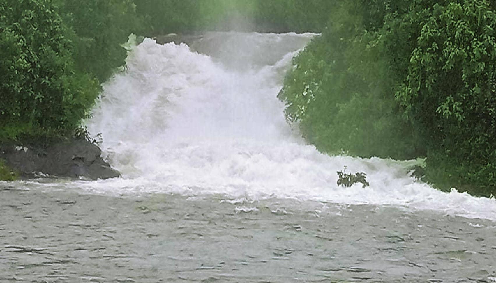 நிரம்பியது சோலையாறு அணை: பரம்பிக்குளம் அணைக்கு நீர் வெளியேற்றம்